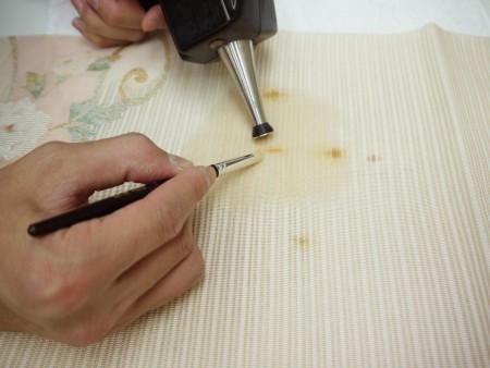 綴れ帯はしみ抜きすると柔らかくなって風合いが変わりやすいので慎重にします