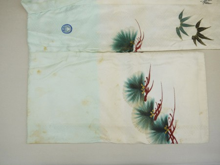 全体、古いシミが変色しています。まず袖を平袖に直して全体の状況を検査します。
