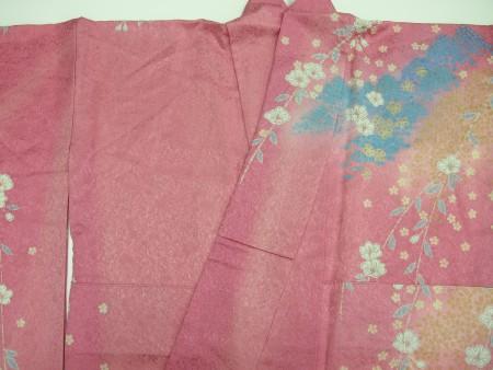 衿の部分他、着用された時に紫外線が当たって色やけしております。
