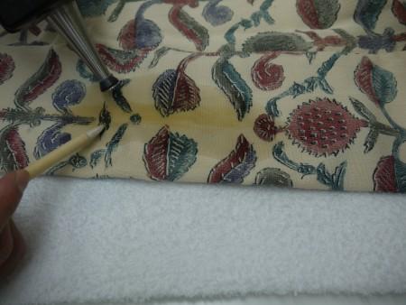お召しがは縮まないように慎重に注意して衿の黄ばみを直していきます。