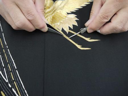 刺繍を道具を使って留めていきます。