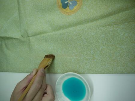汗抜きをしてから、調色した色を刷毛(はけ)で塗っていきます。この場合は黄緑色のが黄色くなっておりますので、黄緑色-黄色=緑色を塗って直します。