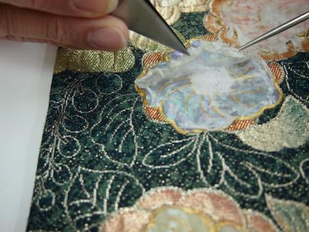 はがし液を塗って慎重に紙だけをはがしていきます。