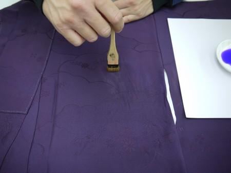 左胸もスレの部分を汗抜きしてから、調色した色を刷毛で塗っていきます。