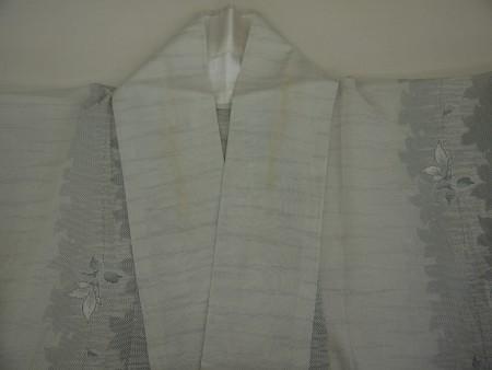 涼感のある白大島紬、衿の部分が汗で茶色く変色してしまっています。