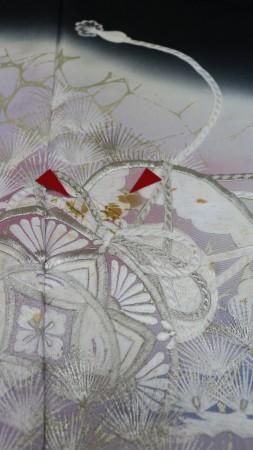刺繍柄の部分のシミが茶色く酸化変色しておりますので、みかど洗いして変色直しますね。