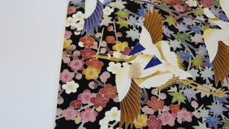 鶴の柄の部分がカビで茶色く変色しておりますので、みかど洗いして変色直しますね。