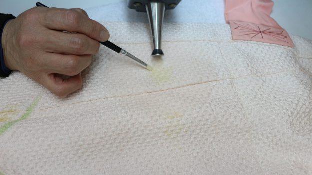 絞りが伸びないようにまた色がにじまないように注意しながら変色部分を直していきます。