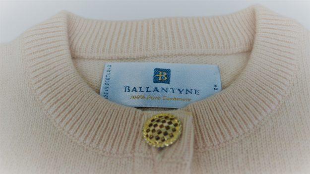 スコットランド製のカシミヤのセーターです
