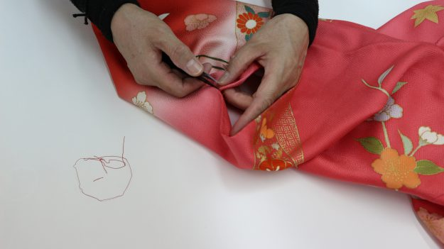 みかど洗いをして、袖を平袖(角袖)に直して紐の位置を付け替えます