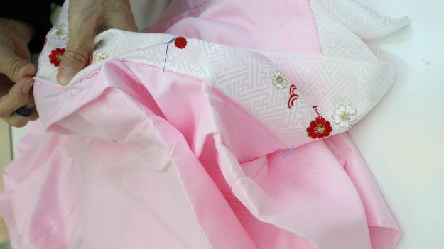 きれいになった刺繍の半衿を取り付けします