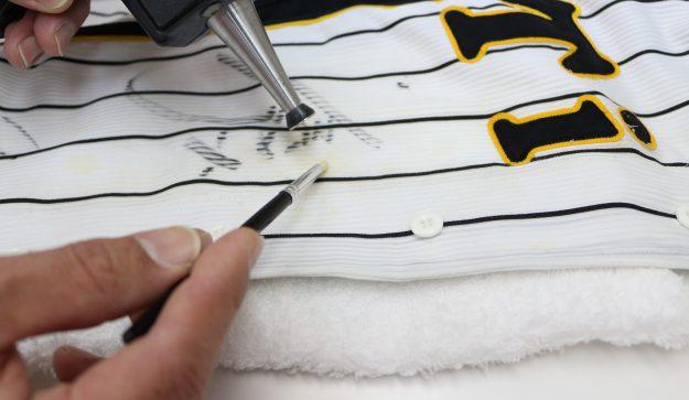 最大の難所、鳥谷敬選手のサイン周りの変色を直していきます。