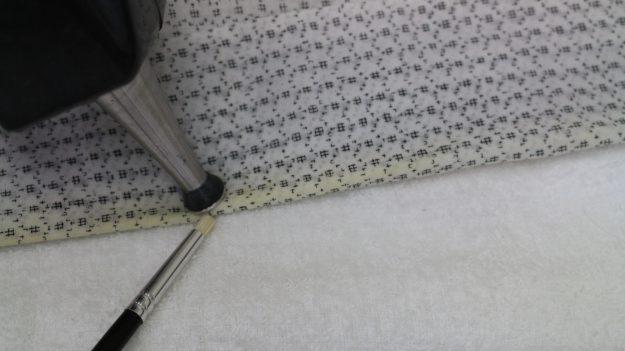 蚊絣の柄が薄くならないよう注意しながら変色を直していきます。