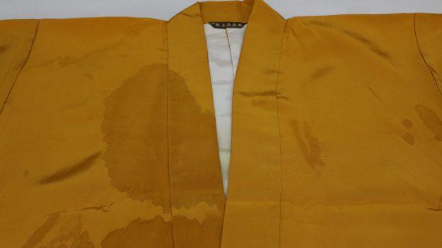 法衣にコーヒーのしみがついております。
