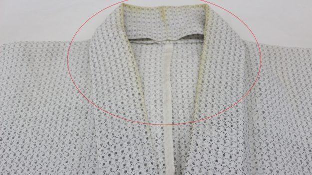 「去年着た越後上布の着物、着たまま仕舞っておいて着ようと思ってだしてみると衿の部分が黄色くなって直りますか」のご相談。
