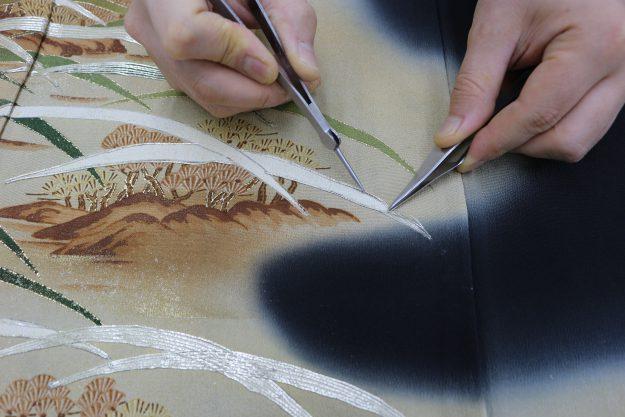 道具を使ってほつれた刺繡を直していきます。