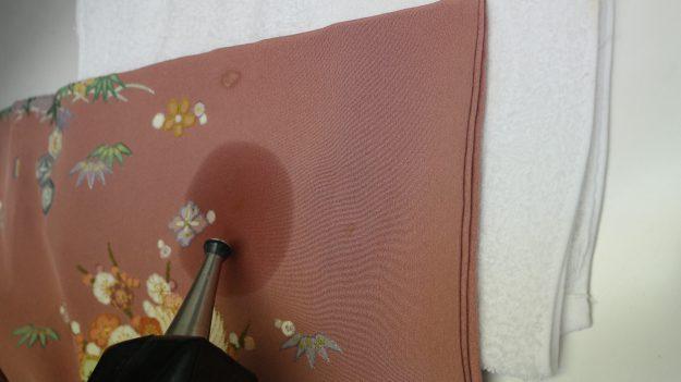 刺繍に注意しながら変色を直していきます。
