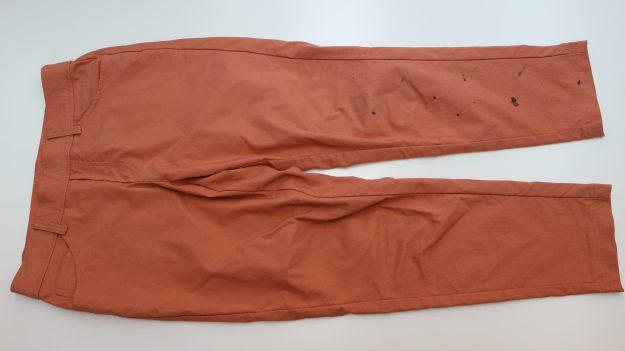 美容院のお客様より 「ヘアカラーの際、ポンチョの届かないパンツの裾近くにカラーリング剤が掛かってしまってきれいになりますか」のご相談。(色物のパンツについておりますので、パンツの地色が変わらないように注意してしますね。)