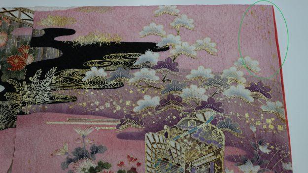 1.東京のお客様より「来年の成人式で着る絞りの振袖、今日(12月27日)前撮りが終わってその時に気付いたシミがあるので成人式(1月14日)に間に合うようにきれいにしてください。」のご依頼。                                  (保管中にカビが出て変色しておりますので、出来る限りきれいにしますね。12月29日に入荷して1月9日にお届けしてほしいとのことです。間に合うかな!?)