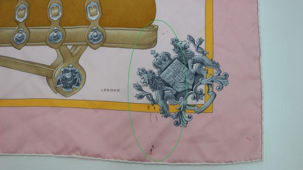 1.「エルメスのスカーフ、バックに巻いていたらバックの染料が付いて取れますか?」のご相談。(革の染料がついてますのできれいにしますね)