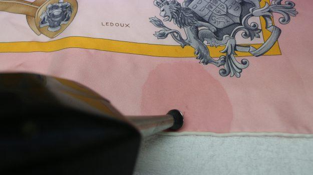 2.柄がうすくならないように注意しながら、バックの染料のみ取っていきます。